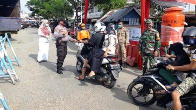 Photo of Tim Terpadu Berlakukan Protokol Kesehatan di Pintu Masuk Pasar Baru