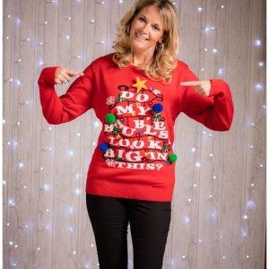 """Rode dames kersttrui met echte lichtjes in de vorm van een kerstboom en tricot manchetten aan de hals, mouwen en taille. De kersttrui is verder versierd met gekleurde 3D kerstballen, een 3D kerstster en de tekst """"do my baubles look big in this?"""""""