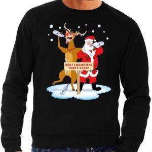 """Zwarte heren kersttrui met een print van een dronken Rudolf en kerstman. Ze staan voor een bord met de tekst """"best christmas party ever!""""."""