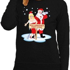 """Zwarte dames kersttrui met een print van een dronken kerstman en kerstvrouw. Ze staan voor een bord met de tekst """"best christmas party ever!""""."""