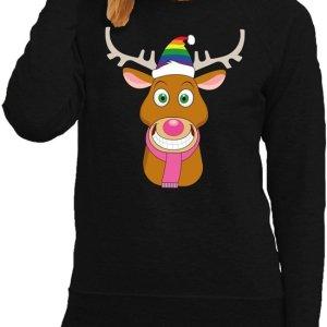 Zwarte dames kersttrui met aan de voorzijde een print van gay Rudolf, met regenboog kerstmuts en roze sjaal.