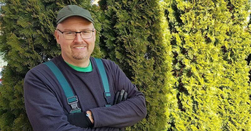 Fűnyíró nélkül, mellékállásban kezdett kertészkedni – ma már kertépítész