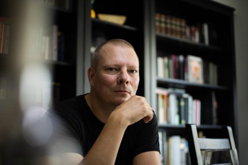 Haastattelussa kirjailija Tommi Takkunen