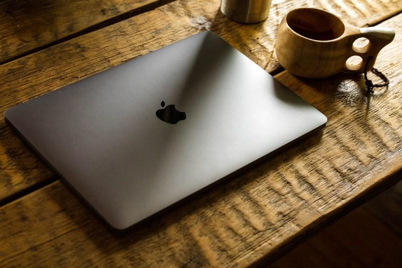 Kannettava tietokone pöydällä