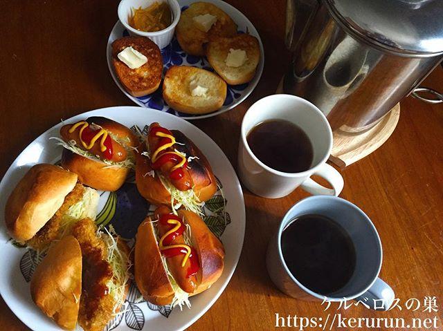 ディナーロールのサンドイッチとパーコレーターで淹れたコーヒー