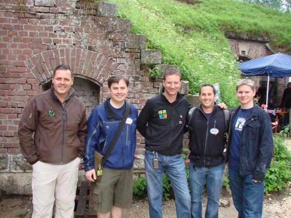 Členové vedení Geocaching HQ na společné fotce: Jeremy Irish (druhý zleva), Bryan Roth (druhý zprava)