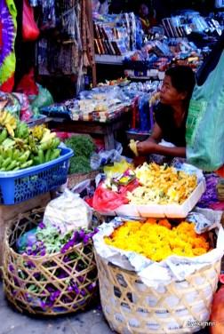 saleswoman-ubud-market.