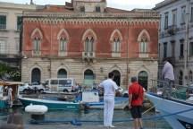 discussion au port, entrée d'Ortigia