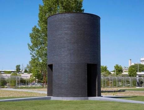 MN_sculpture_black_vessel_for_a_saint_building