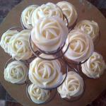 cupcakes decorated like roses