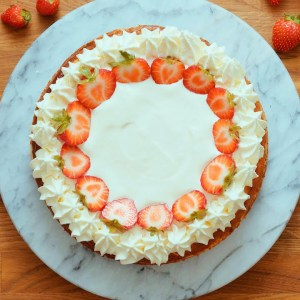 Low carb cheesecake with sour cream topping
