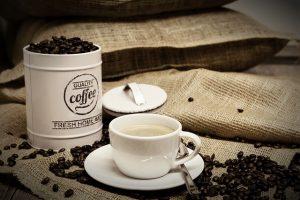 https://pixabay.com/nl/koffie-koffiebonen-kopje-koffie-cup-3142559/