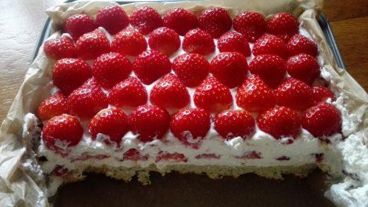 Aardbeien mascarpone-roomkaastaart met cakebodem