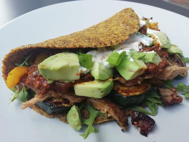 Mexicaanse tortilla met pulled pork, gegrilde paprika en avocado