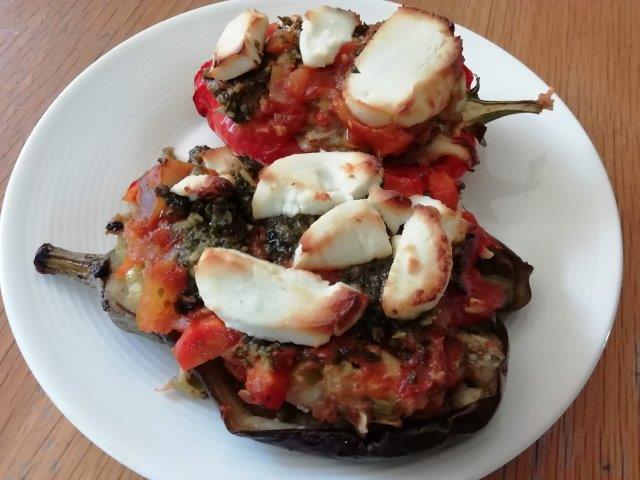 Aubergines en paprika's gevuld met pittig kipgehakt en groenten