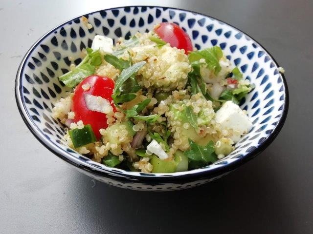 Rucola-quinoa salade met avocado en feta