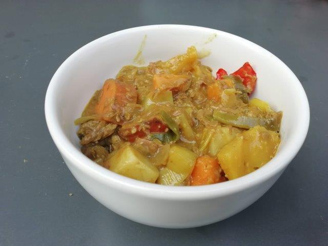 Zomers stoofpotje met zoete aardappel en verse ananas
