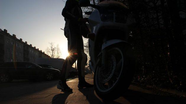 Motorradfahrer im Sonnenaufgang