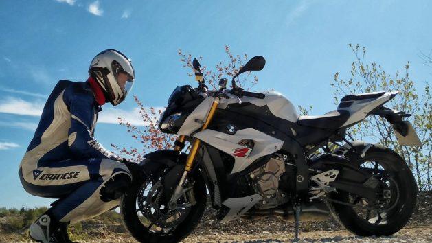 Hz und die BMW S1000R schauen sich in die Augen.