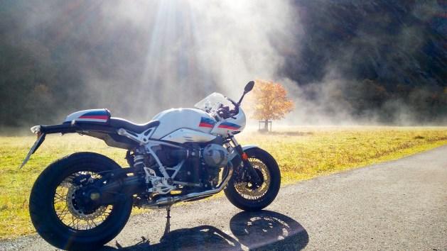 R nineT Racer am großen Ahornboden im Sonnenlicht