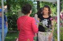 Mirjam (op de rug) in gesprek met gasten | Keukengeheim
