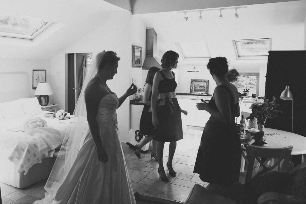 Bride and bridesmaids getting ready to go in the Hunter's Lodge