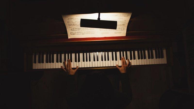 Aprenda a improvisar no piano com escalas de blues - piano dark blues