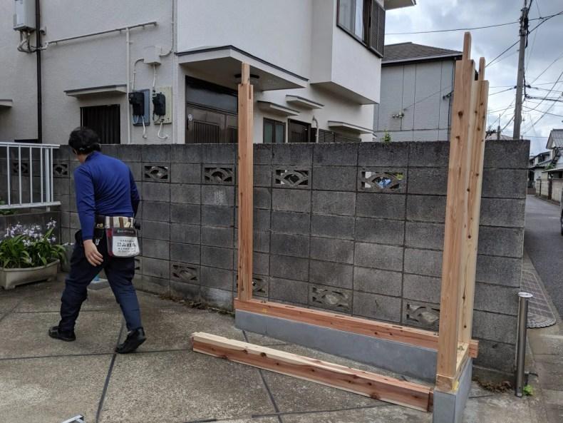 基礎に土台を敷いて柱を取り付ける