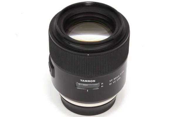 85 мм f / 1.8 Tamron сочетает в себе быструю апертуру и оптическую стабилизацию