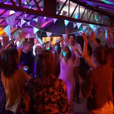 Prestation DJ pour une soirée dansante de mariage avec jeux de lumières et éclairage architectural