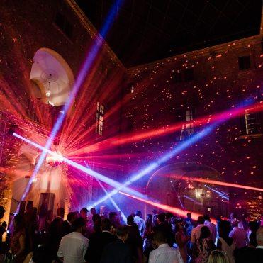 show lumière et mise en ambiance lumineuse d'une soirée de gala dans le cadre d'un mariage au château de bagnols