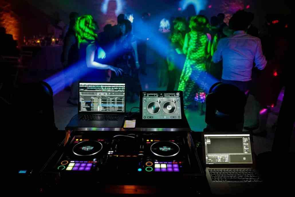 Prestation DJ pour une soirée de Mariage à lyon avec jeux de lumières et lyres, mise en lumière architectural de la salle pour une prestation inoubliable