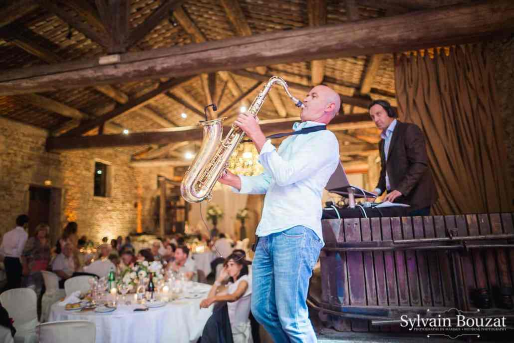 Prestation DJ live avec saxophoniste lors de cette sublime soirée de mariage au Château de Saint Trys en Beaujolais à proximité de Lyon