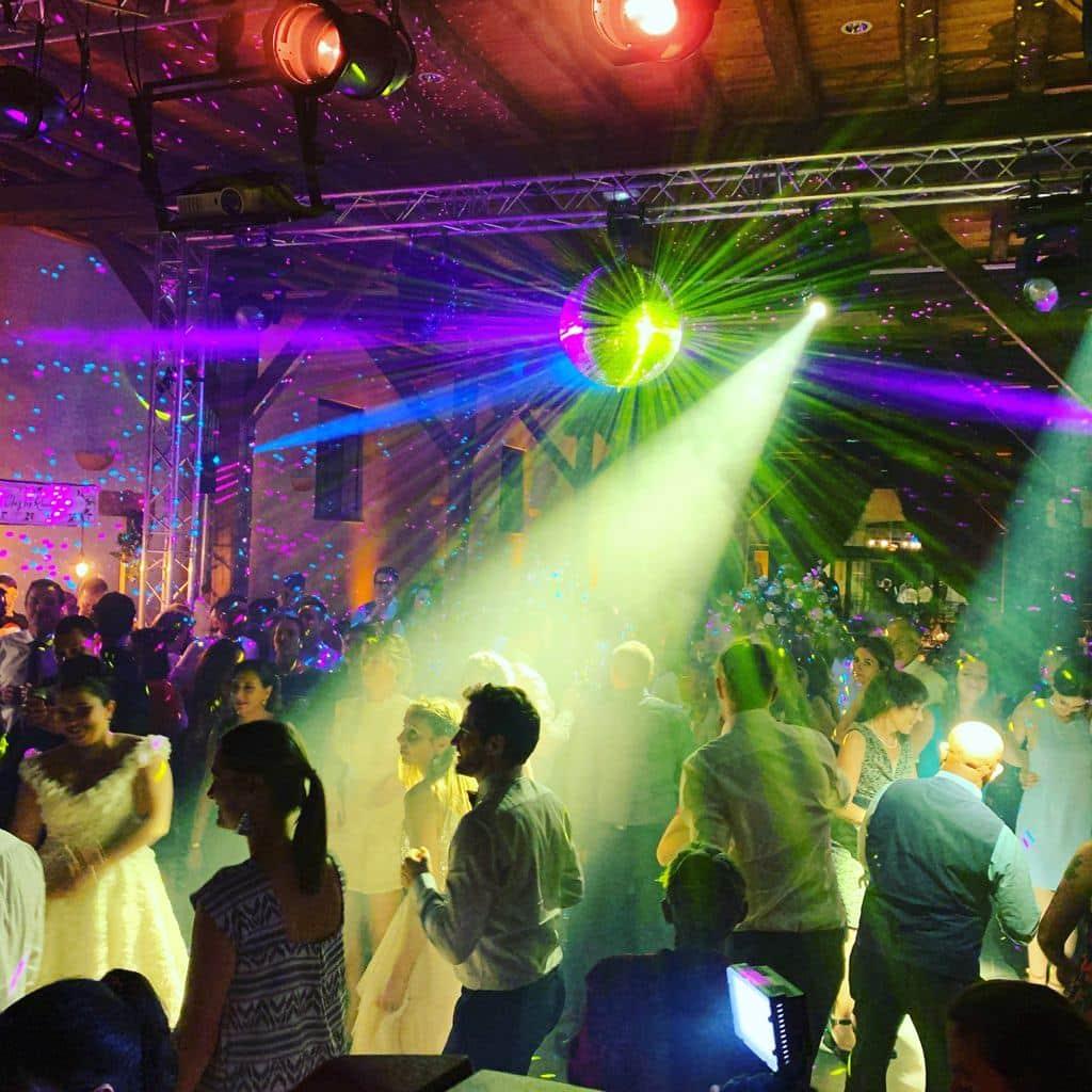 Prestation DJ lors de cette soirée de mariage au superbe Château de Pizay
