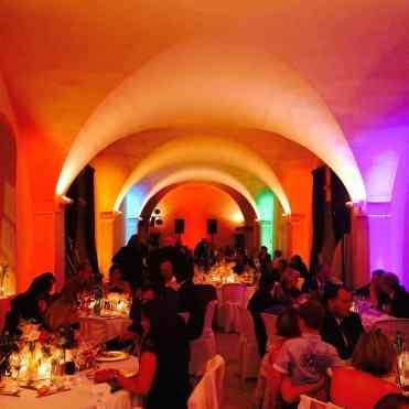 Mise en lumière des espaces de réception avec un éclairage architectural lors de cette soirée de mariage avec animation DJ