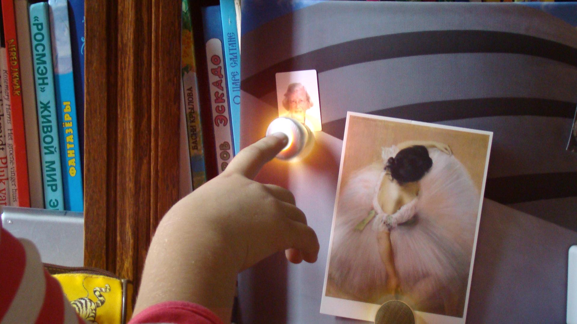 14 Kleinkind raakt Thinkey van oma aan, met licht 2