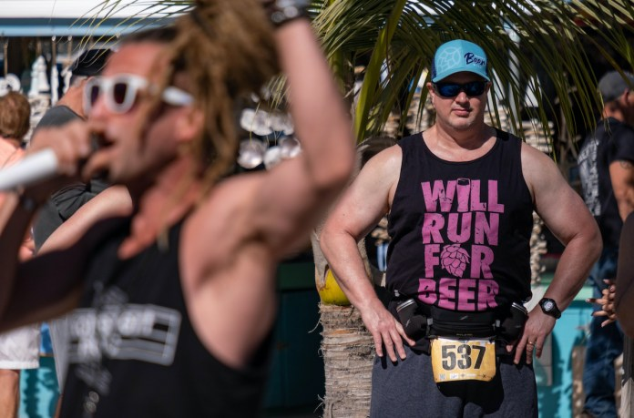 RUNNING THE ISLANDS - A group of people standing in front of a crowd - Triathlon
