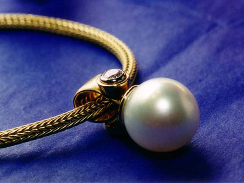 beautiful pearl pendant with gold chain