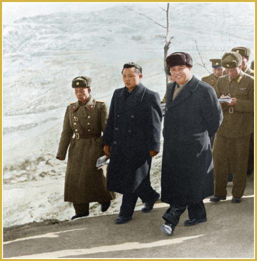 Kim Jong-Il en compañía de Kim Il-Sung que visita una unidad cercana a la línea divisoria (febrero de 1963).