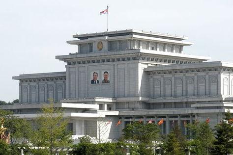 Cuadros del Comité central del Partido del Trabajo de Corea rinden homenaje en Palacio del Sol Kumsusan en el día de la estrella-luz