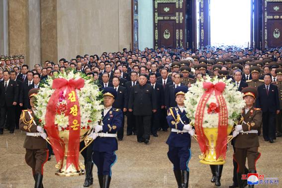 Visita de KIM JONG Un al palacio del Sol Kumsusan