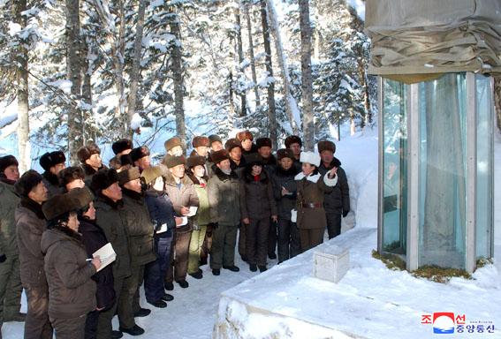 Miembros de la federación de sindicatos visitan el monte Paektu.