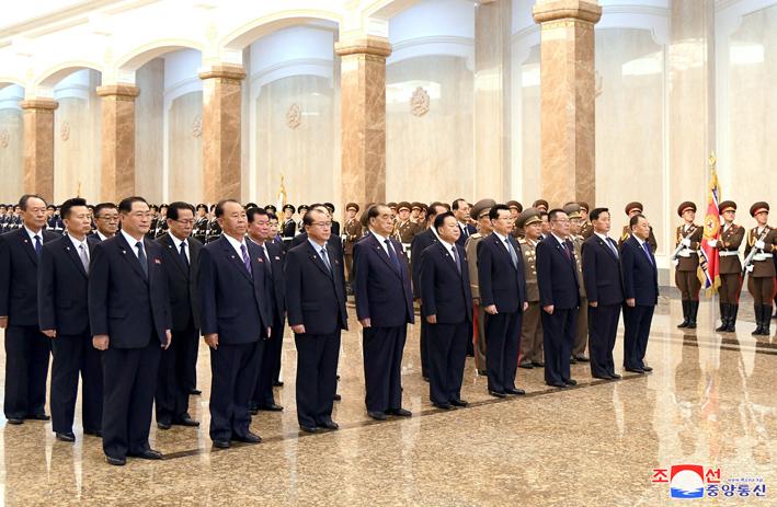 Visita de cuadros coreanos al palacio Kumsusan en el Dia del Sol.