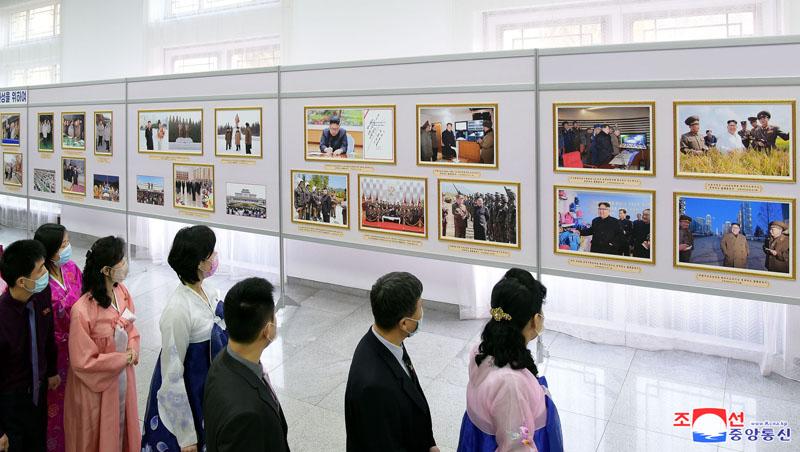 Exposición fotográfica en recuerdo del Dirigente KIM JONG IL