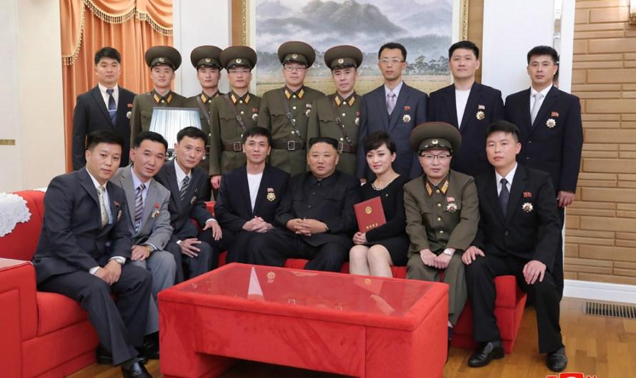 Artistas condecorados recibidos por el Máximo Dirigente.