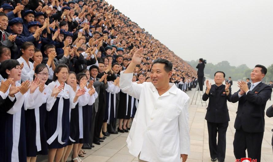 Máximo Dirigente se retrata con participantes en el Día de la Juventud.