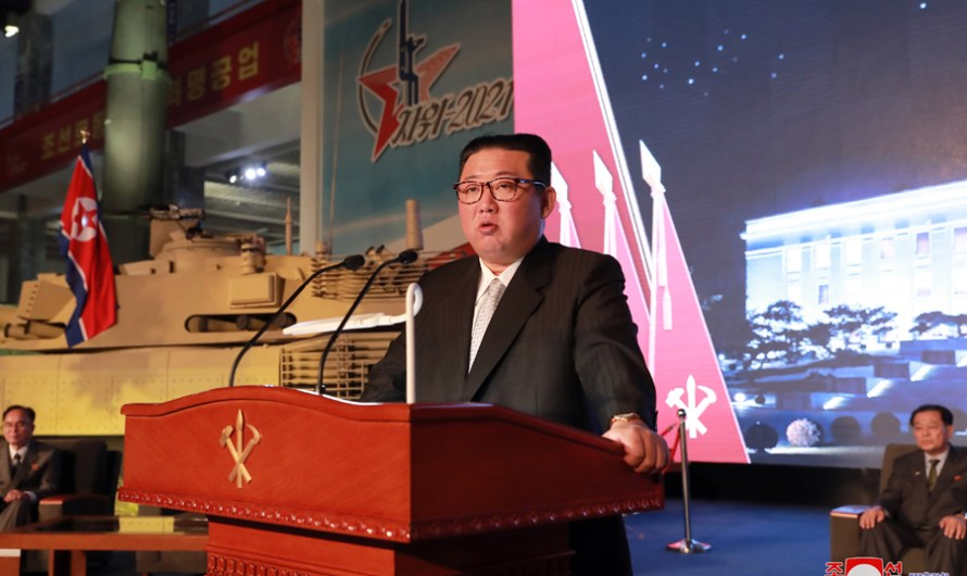 KIM JONG UN pronuncia discurso en Exhibición de Desarrollo de Defensa Nacional