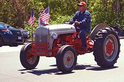 Another older tractor that's had many years use keeping individuals and families fed.