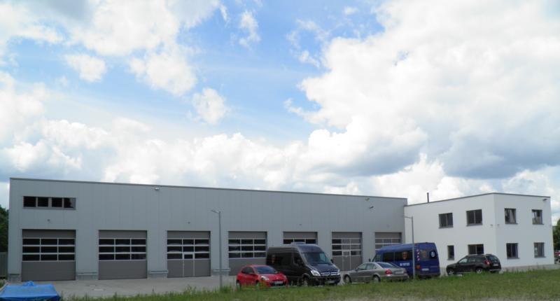 Wekstatthalle in Berlin mit großen Toren für Transporter und PKW