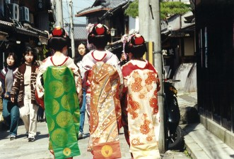 Maiko women at Sannen-zaka